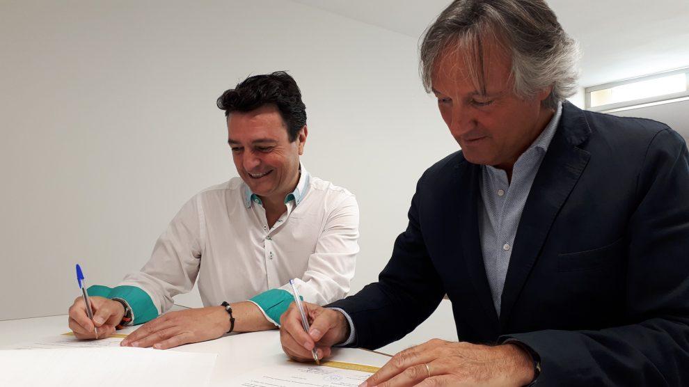 Momento de la firma del acuerdo de renovación con DKV Salud y Seguros médicos